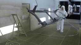 Spraying of primers on large parts with a minimum overspray